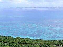 <伊良部島>人口5000人の伊良部島です。写真は、牧山展望台から見た対岸の宮古島です。