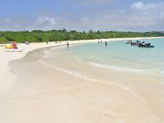 渡口(とぐち)の浜(写真)は弓型の砂浜が800mほど続く美しいビーチで、
