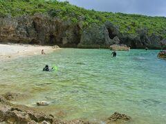中の島海岸(写真)は湾になっている浅瀬に、魚が驚くほど沢山いることで有名なビーチです。