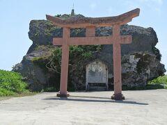 帯岩(写真)は八重山地震(1771年)の津波で打ち上げられた巨岩です。かって、馬や牛の牧畜が行われていたが平坦な島のため、津波で壊滅した集落の跡です。