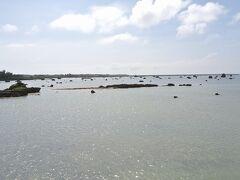 伊良部島に移動します。佐和田の浜(写真)は、写真をよく見ると、海中に巨岩が転がっています。
