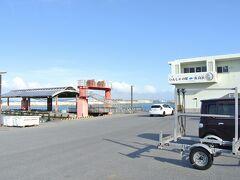 伊良部港(写真)は6年前、宮古島との間に伊良部大橋が開通する前までは、定期船が通っていました。25年前、思いっきり安くしてくれた貸切タクシーはこの港に着く200mほど前の四つ角で、一旦停止を止まらずに進入。右から来た車とぶつかって、前部は大破しました。当時の道路交通法から、後部座席でシートベルトをしていなかった私でしたが、前を見ていて、「ぶつかる?!」と踏ん張ったので、幸いケガはなかったです。当時ぶつかった交差点も見つかりました。定期船が通わなくなった港には一台のタクシーも停まっておらず、25年間の月日を感じました。