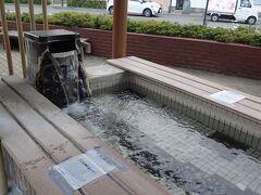 今温泉に入ってたばかりですが、バス停近くにある足湯にも入りました。