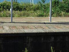 14時21分越後寒川駅到着。 桑川駅と同じく無人駅ですが、此処は併設された施設とか無いので、全く人気が有りません。 出口は海と反対側で、踏切まで5分少々歩きます