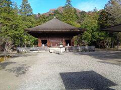 こちらが国宝の阿弥陀堂.中に阿弥陀如来があります.紅葉はちらほらと残っていて良かったです.散策にはもってこいの場所で,日曜ということもあってか結構混雑していました.