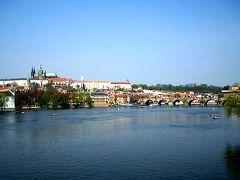 言わずと知れた、ヴルタヴァ川に架かるカレル橋と、その背後に広がるプラハ城。