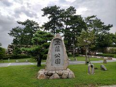 JR高松駅の横、直島や小豆島へのフェリー乗り場のすぐ目の前にある高松城址。 高松藩主・松平家の居城だった高松城跡を整備して公園になっています