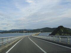 わぁ~!やっぱりきれいな海です。 沖縄の古宇利島大橋にも似てるような・・・気がします。