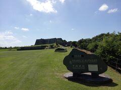裏の方から撮った世界遺産の石碑と中城城跡