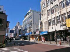 裏通りと呼ばれる「六日町商店街」も賑やかで活気があります~、  まさに八戸の中心街は旧国道45号線の上下通りの整備によって円滑に成ったわけですね。