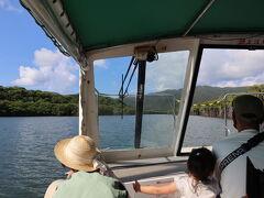 マングローブを小型船で観光します。