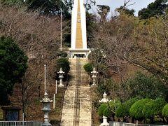 小塚公園内にある〝鹿屋海軍航空基地慰霊塔〟。白と金色のツートンカラーが映えています。