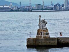 女木港の防波堤の鬼の灯台がお出迎え