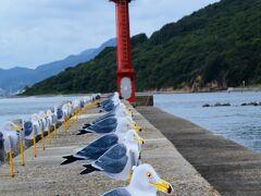 女木港の防波堤に並ぶ約300羽のカモメは、「カモメの駐車場」という木村崇人氏の作品 カモメの絵を切り抜いたプレートで風向きによってくるくる回ります。