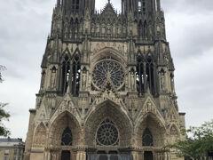 ランス駅から徒歩12分、プラス・デルロンから徒歩で5分ほど、ノートル-ダム大聖堂(cathédrale Notre-Dame)に到着。フランス最初の国王Clovis がここで洗礼を受けて以来、25名の国王がここで戴冠式を行いました。中に最も有名なのは、1429年、ジャンヌ・ダルクがシャルル七世を護送しここで戴冠式を行った時です。