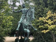 大聖堂前の広場に立つジャンヌ・ダルクの彫像。かつてオルレアンを敵軍から解放させ、ここノートルダム大聖堂でフランス王となるシャルル7世の戴冠を行わせた英雄的存在であるジャンヌダルクの功績を讃えるため、今は毎年6月の最初の週末に歴史を再現する祭りFêtes johanniquesが行われます。中世の雰囲気の中、2000以上の時代衣装を扮装した行列(Grand Cortège des Sacres)が、ジャンヌ・ダルク(Jeanne d'Arc)とシャルル7世(Charles VII)を扮装した人と一緒に大聖堂前まで行進します。