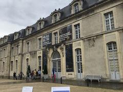 ノートルダム大聖堂に隣接するトー宮殿(Palais du Tau)は16世紀に建てられたランス大司教の宮殿です。T字型をしたト宮殿は、王の装飾品が展示される場所で、戴冠式の際には祝宴が開かれました。現在、宮殿は戴冠式で使用された煌びやかな装飾品や、大聖堂に関連する品々を展示する博物館となっています。 トー宮殿は、ノートルダム大聖堂、サン=レミ旧大修道院とともに1991年にユネスコの世界遺産に登録されました。