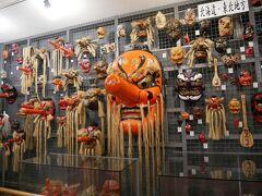 奥の方は天狗の資料館。 各地方の天狗のお面が展示されていた。 こっちは北海道、東北で…