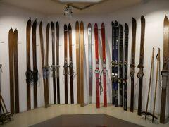 スキー道具の展示。 古い道具のストックは竹! そう思うと随分進化しているのね。