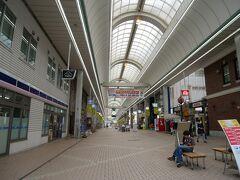 こちらの商店街はサンモールというらしい。 こちらも閉まっているお店が多くて寂しい印象。
