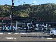 お城から徒歩約10分で、JR津山駅