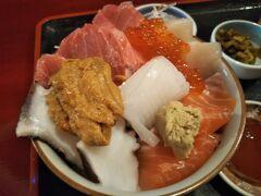 マグロ、うに、いか、たこ、サーモン、いくら・・・etc あと何種類入ってただろう?! ご飯が全然見えないくらい、めっちゃ具沢山で贅沢な丼でした。 美味しかったーー♪ヽ(´▽`)/
