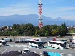 双葉サービスエリアで20分の休憩、展望塔に上ったら、向こうに甲斐駒ヶ岳が見えた。