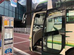 新千歳空港着。発車直前の札幌市内行き高速バスへ乗車。車内は補助席を使うまでに大混雑した。15分後の次便を待ってもよかったが、先を急ぐ。