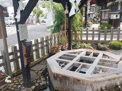 「源智の井戸」に来ました。 普通に美味しい湧き水があるのがうらやましい。 この時間、近所の方たちがお掃除をしていました。