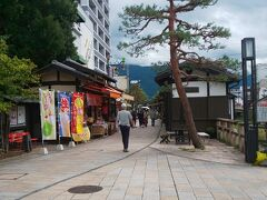 四柱神社前の縄手通り。 お土産とか小さなお店が連なってます。