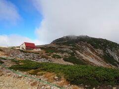 9時05分、最難関の八丁坂をクリアし、乗越浄土(標高2,850m)に着いた。 休憩なしで、次に向こうに見える中岳(標高2,925m)を目指す。