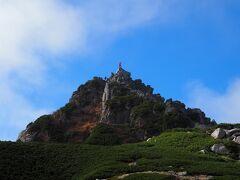 左の宝剣岳(標高2,931m)、てっぺんに人が立ってる!!  宝剣岳はヘルメット着用推奨山域、登山初心者の私には無理ゲー。