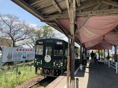 2<気賀駅> 気賀駅に到着。ホームに何やら赤い幕が掛かっている。これは・・・。