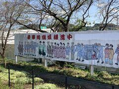 8<姫様道中> ここ気賀の名物は、春に行われる「姫様道中」というまつり。江戸時代、浜名湖に橋はなく、約1里(約4㎞)を船で渡らなければならなかった。それを嫌う人たち、特に女性たちは、浜名湖の北を通る脇街道「本坂道」を通ることが多かった。そんなわけで「本坂道」は、別名「姫街道」とよばれていた。まつりは、ここに由来している。