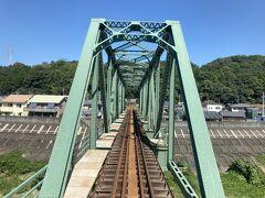35<天竜川橋梁> ガタン、ゴトン、ガタン、ゴトン。列車は長い鉄橋を渡り始める。この橋は、半分が写真のようなトラス橋で半分が桁橋(平らな橋)という変わった構造。どうしてそうなった?