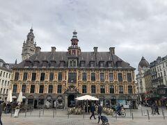 グラン・プラスの正面右手に見えるのが旧証券取引所Vieille Bourse de Lille。1653年の築で、フランドル建築の傑作です。鐘楼の上には、リール証券取引所のエンブレムであり、商売の神様マーキュリー(ヘルメス)の像が立っています。