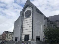 それから徒歩数分、ノートルダム・ド・ラ・トレイユ大聖堂Cathédrale Notre-Dame de la Treilleに着きます。モダンな外観が印象的。 フランス革命時にオーストリア軍の攻撃によってダメージを受け、崩壊し、1854年から再建したもの。最後の改装は1999年でした。