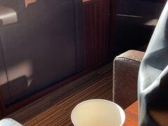 久々、ほんとに久々の新千歳空港。ラウンジの雑誌類は感染対策で撤去されてるし、グラスやカップは紙コップになってしまいました。でも来れて嬉しい。座席を分けるパーテーションが設置されてて個室感があって落ち着きます。