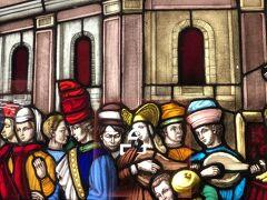 「ルネサンスのパーティー」  あちこちに、ステンドグラスがあります。天神地下街は、ヨーロッパの街並みをイメージして作られています。