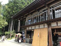11:00 ようやく三峯神社に到着!参道にはお蕎麦屋さんなど、食事処がたくさんあります。