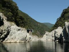 遊覧船は下流へと進み、ほどなく日の当たる渓谷となった。