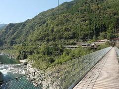 自転車を置いて赤川橋を渡ってみる。  一人で渡るにはそれほど揺れもなく、高所恐怖症でなければ恐いというような橋ではない。