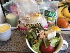 持参した粉のコーンスープと、青汁とスキムミルク、 バターロール、ツナ・豆腐入り野菜サラダ、バナナ、柿、みかん。 そうそうサラダボウルも持参してます。耐熱でチンできるので他のものを入れても便利。暮らすように旅する小倉での朝食です。このホテルには電子レンジの横に、サランラップが置いてあり、自由に使えます!