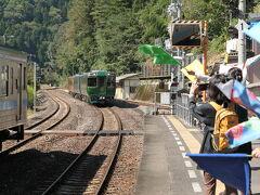 大歩危駅で12:53発の特急南風7号を待っていると、「四国まんなか千年ものがたり」という観光列車のお出迎え準備が始まった。  「四国まんなか千年ものがたり」は、金土日祝に多度津~大歩危間を1往復しているようだ。