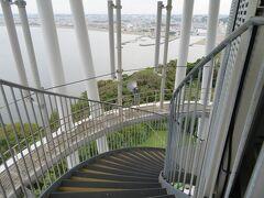 登りはエレベーターで、帰りは塔の周りにある階段で降りたが、その階段は少し降りると一周毎に平坦なスペースがあり、そこからの眺めもなかなか良かった。