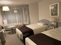 19時過ぎにホテルに到着。 お部屋はこんな感じ。広くていい感じ~♪ 最近ひとりで泊まったホテルの部屋では一番広かったです。