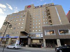 楽天トラベルで色々調べて決めた今回のホテルは『新潟第一ホテル』 素泊まり一泊4,800円です。  新潟は古町の方が賑やかだそうですが、明日は電車で移動するのでJR新潟駅・東口(万代口)から1分なのと仕事の疲れが取れる大浴場があるのが決め手。