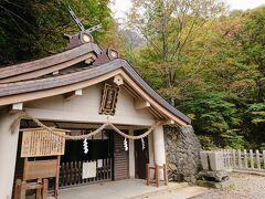 随神門から20分ほどで、戸隠神社奥社に到着です。 背後に戸隠山が見えます。