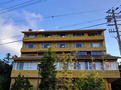 建物外観ですが、濃い黄色?が特徴的…(^^)