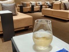 無事空港に着いて、ANAラウンジでリンゴの炭酸ジュース